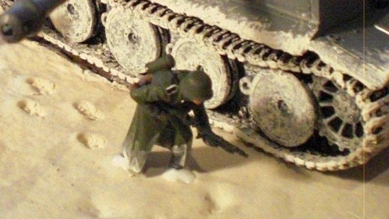 Detail: Soldat neben Panzer