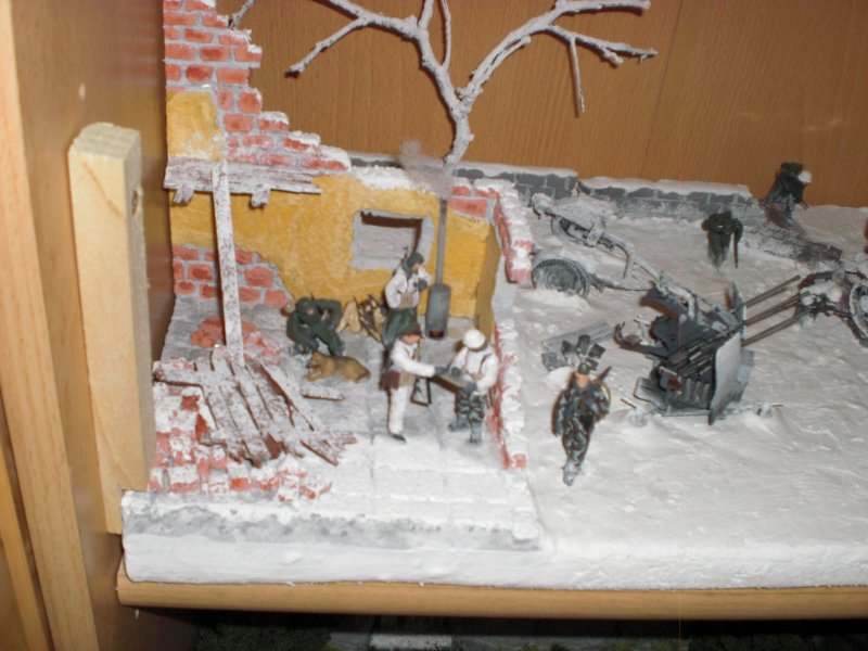 Detail: Haus und Flak